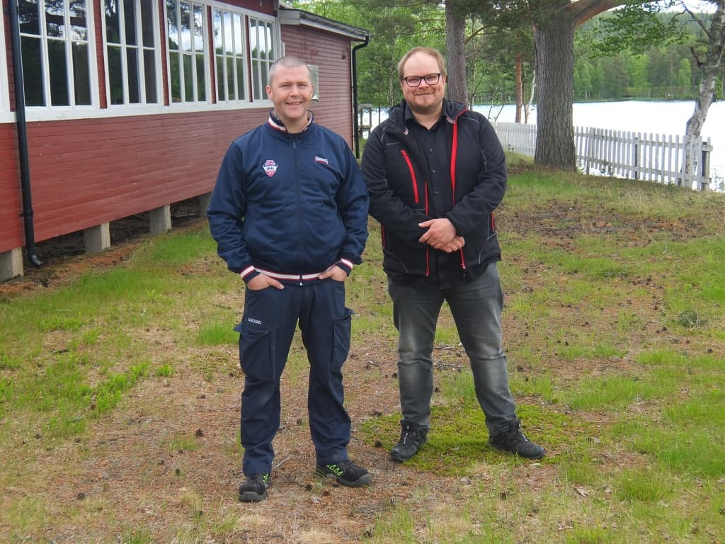 Thomas Pedersén till höger och Peter Hurtig på plats vid den serveringslokal som renoverats av ideella krafter (läs eldsjälar), belägen där Ljusnan delar sig nedströms med omkringliggande natursköna områden. Vackrare kan det inte bli. Foto: Mats Haldosén