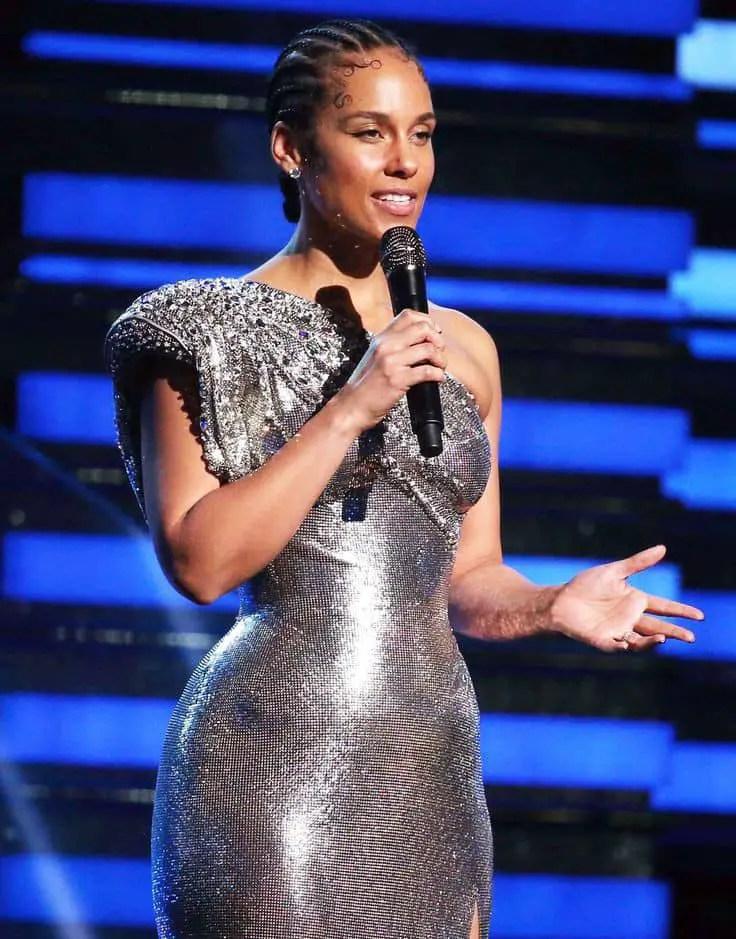 Alicia Keys wearing no-extensions cornrows