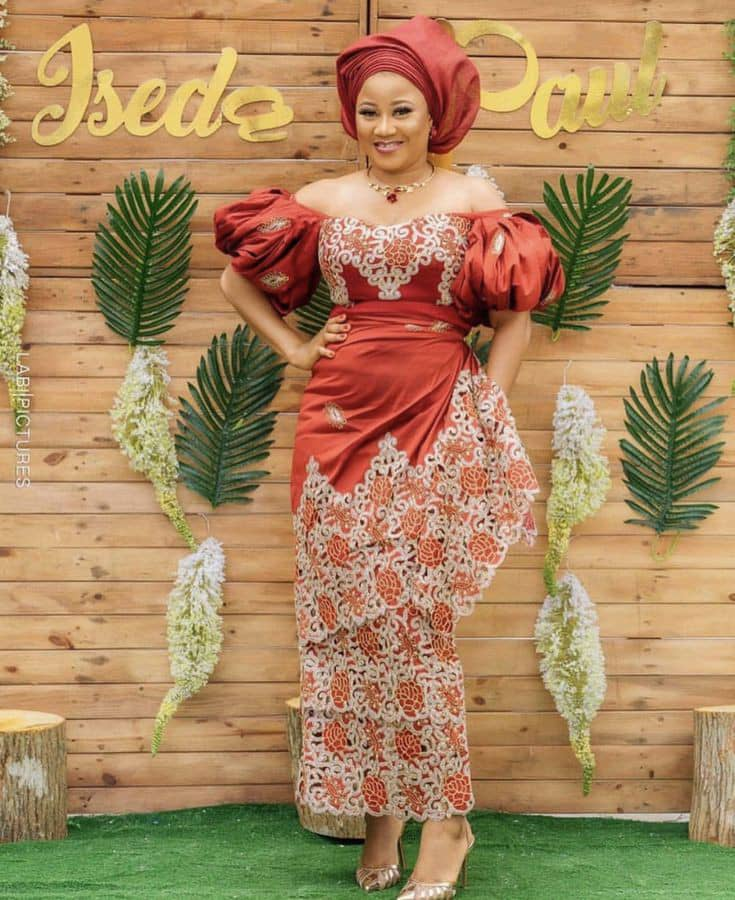 smiling lady in her aso ebi outfit at a wedding