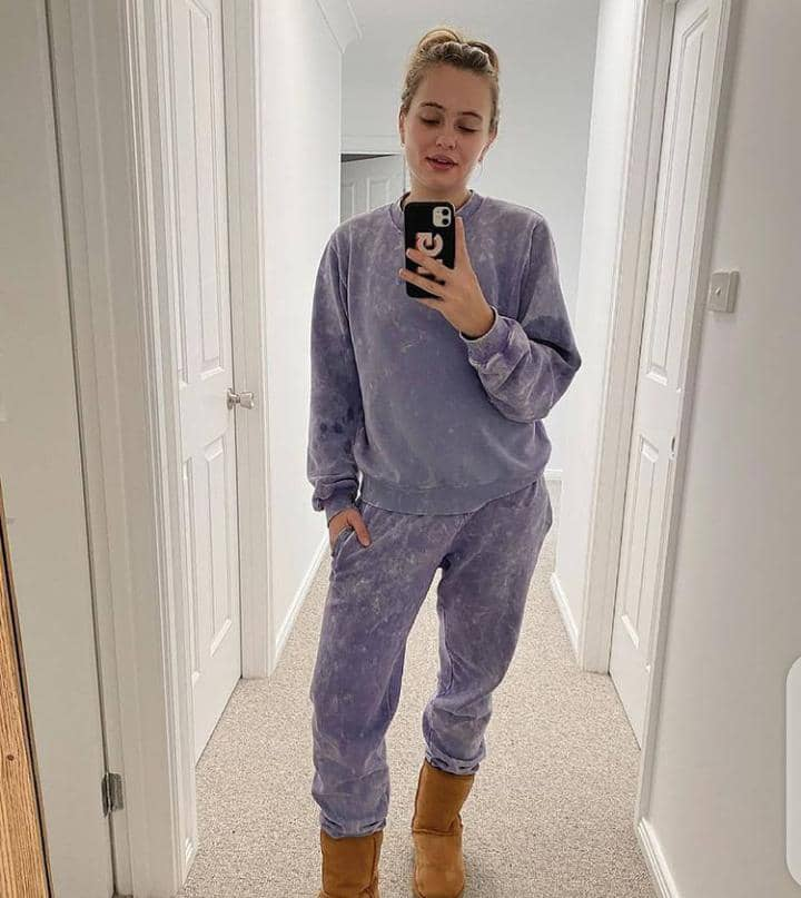lady wearing streetwear outfit and taking mirror picture