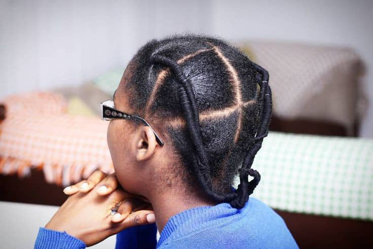 lady wearing African thread hairstyle