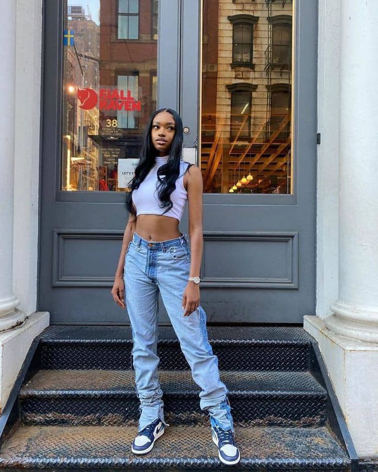 lady wearing crop top with mom jeans