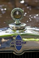 Kühler-Emblem und Logo eines Chevrolet Oldtimers