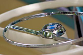 Weisses Lenkrad mit verchromten Hupring einer BMW Isetta