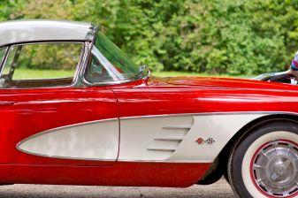 Chevrolet Corvette in rot-weiss mit Weisswandreifen Seitenansicht
