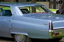 Hellblauer Cadillac DeVille mit Heck-Scheibenwischern