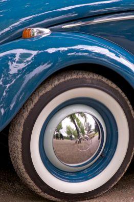 Blauer VW Käfer mit Weisswandreifen und Chrom Radkappe