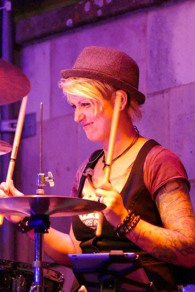 Bergband Overdrive Sängerin Steffi am Schlagzeug Bergkirchweih Erlangen 2017