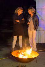 Gespräch an der Feuerschale vor der Bootshalle am YCM