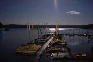 Hafen des Yachtclub Möhnsee (YCM) bei Nacht und Mondschein
