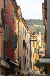 Fensterläden in den Gassen von Garda am Gardasee im Oktober 2018