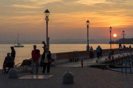 Hafen von Garda am Gardasee bei Sonnenuntergang im Oktober 2018