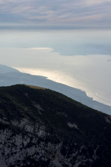 Blick auf den Gardasee vom Gipfel des Rifugio Telegrafo Gaetano Barana des Monte Baldo Massivs im Oktober 2018