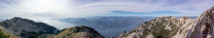 Panorama mit Blick auf den Gardasee beim Rifugio Telegrafo Gaetano Barana des Monte Baldo Massivs im Oktober 2018