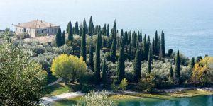 Villa Guarienti Brenzone auf der Punta San Vigilio mit Badestrand der Baia delle Sirene in Garda am Gardasee im Oktober 2018