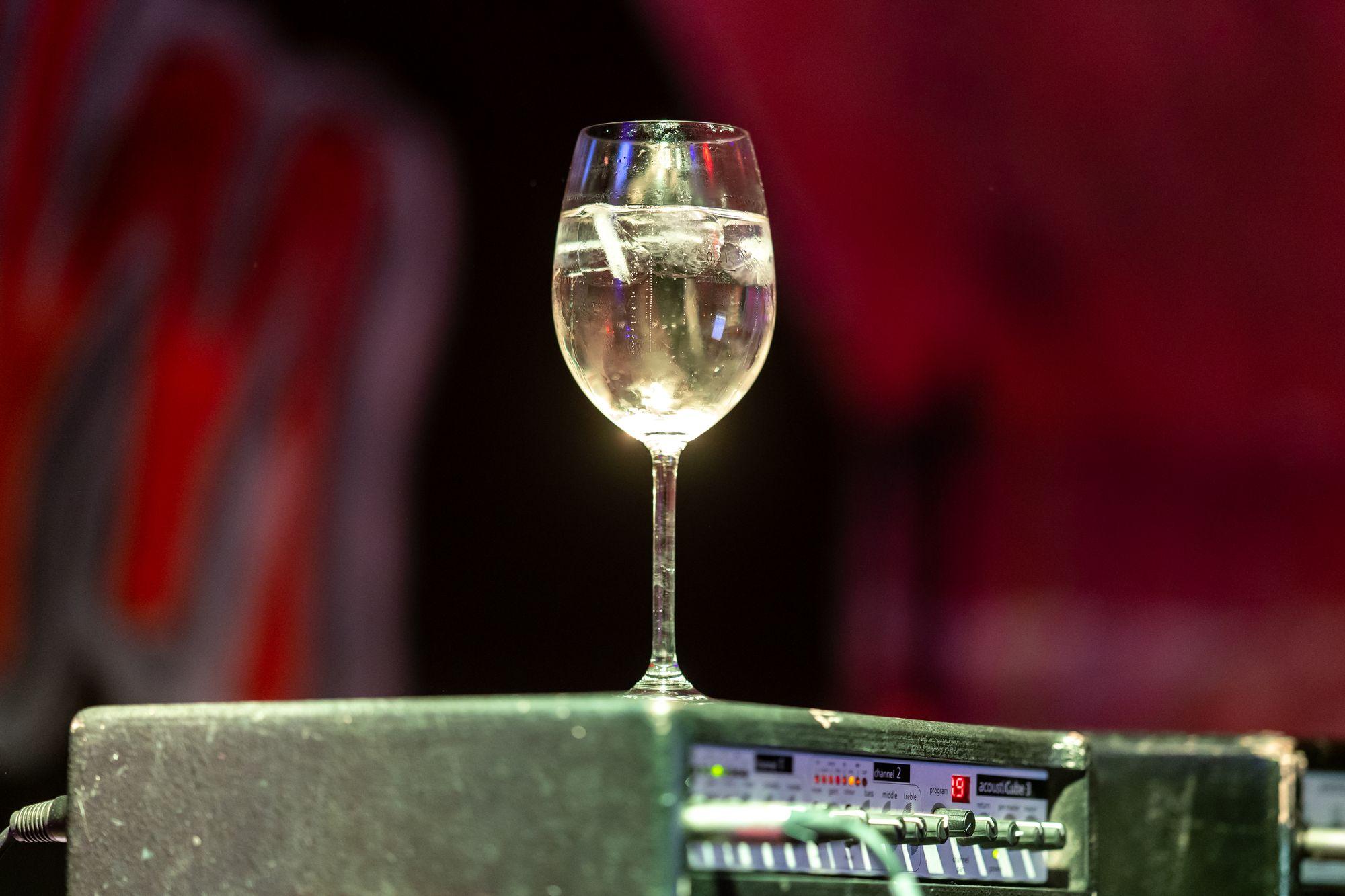 Weinglas auf dem Gitarren-Verstärker von Wulli Wullschläger im Soulhalm in Erlangen am 12. März 2020
