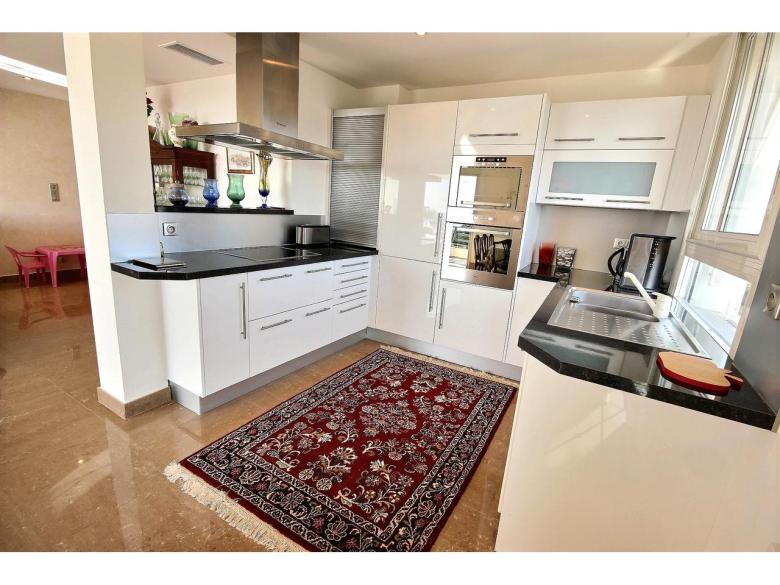 Ljus och rymlig lägenhet i Cannes Californie om 96 m² med vacker havsutsikt  svensk mäklare franska rivieran öppet kök