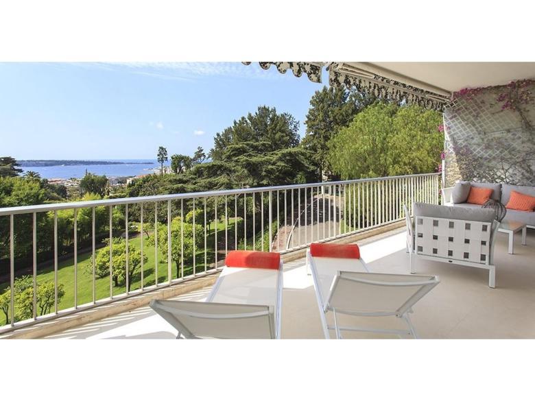 Lyxigt renoverad lägenhet till salu i Cannes Californie med havsutsikt svensk mäklare på franska rivieran terrass