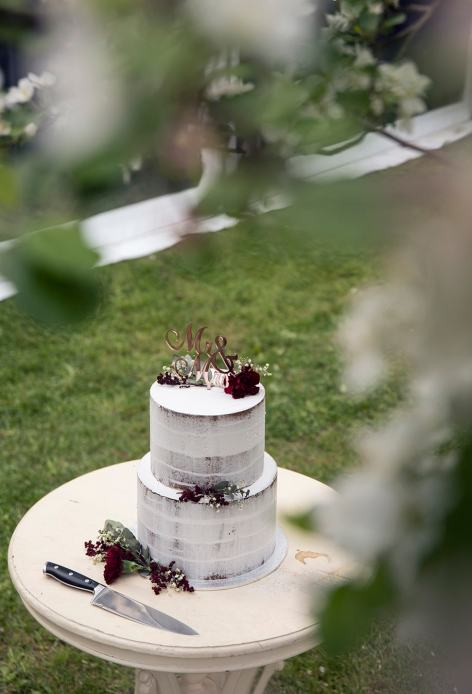 Wedding cake under the tree