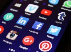 Sociala medier i en mobil.