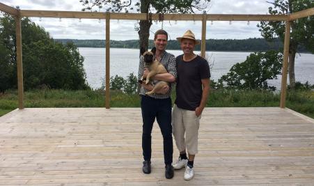 Johan Eriksson, hunden Emil och Niklas Andersson. Foto: Andreas Johnsson/Sveriges Radio