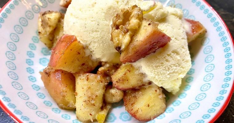 Schnelle Bratäpfel mit Nüssen und Vanilleeis