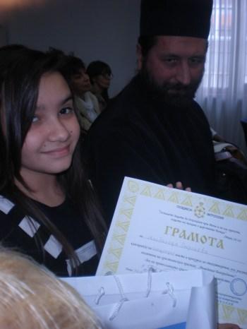 Нашата участничка Магдалена с грамота от конкурса