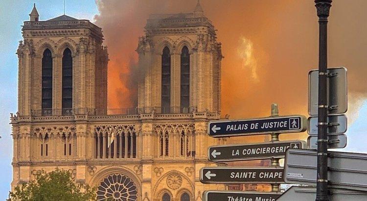Notre-Damme v plamenech