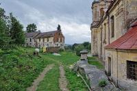 Zbytky domu č. 21 a kostel