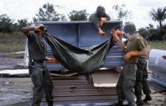 Američtí vojáci nakládají oběti v Jonestownu
