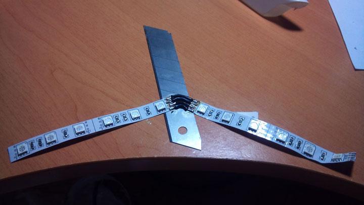 koneksi dua strip LED pada sudut yang berubah-ubah dengan menyolder