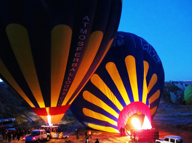 vacation-turkey-cappadocia-balloon-inflating-1