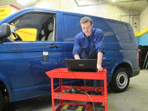 Perry repareert en onderhoud auto's in de werkplaats bij Autoservice De Peel