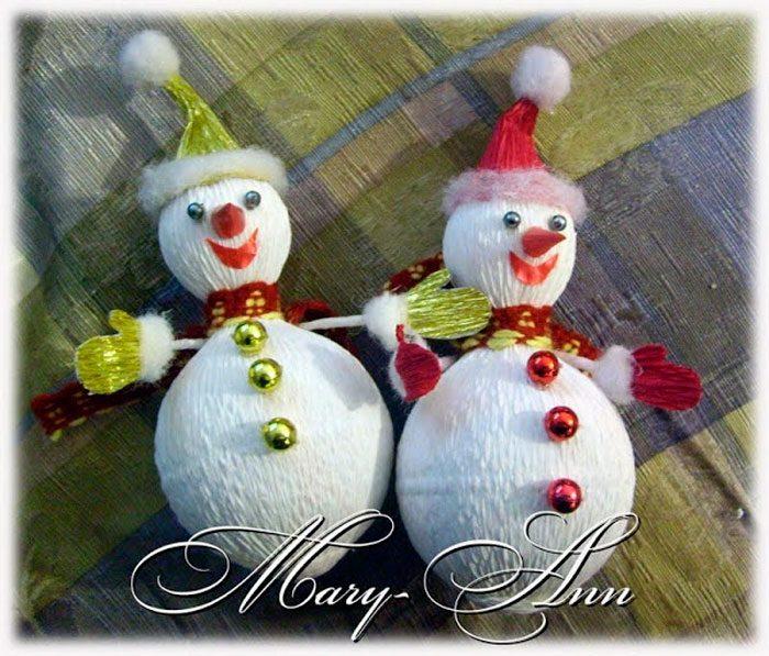 Muñeco de nieve hecho de caramelos y papel corrugado.