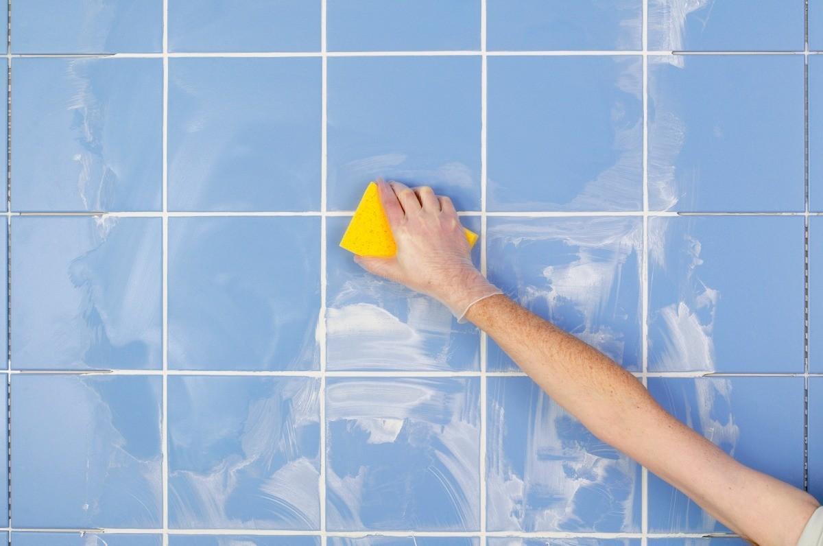 ополосните губку для затирки в ведре с холодной водой и начинайте быстрыми движениями затирать швы