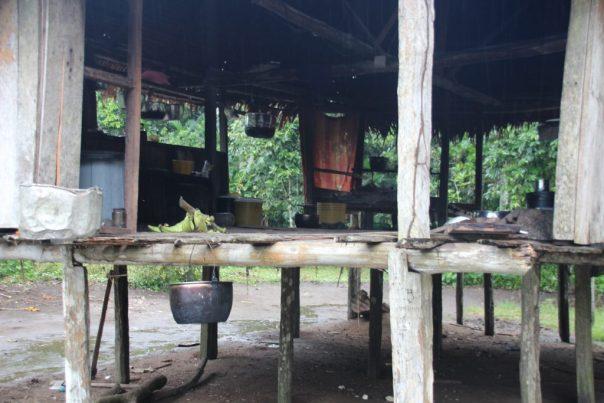 een typische woning/hut langs het water