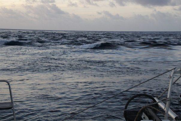We zijn buiten, en de golven worden platgeslagen door het uitstromend water