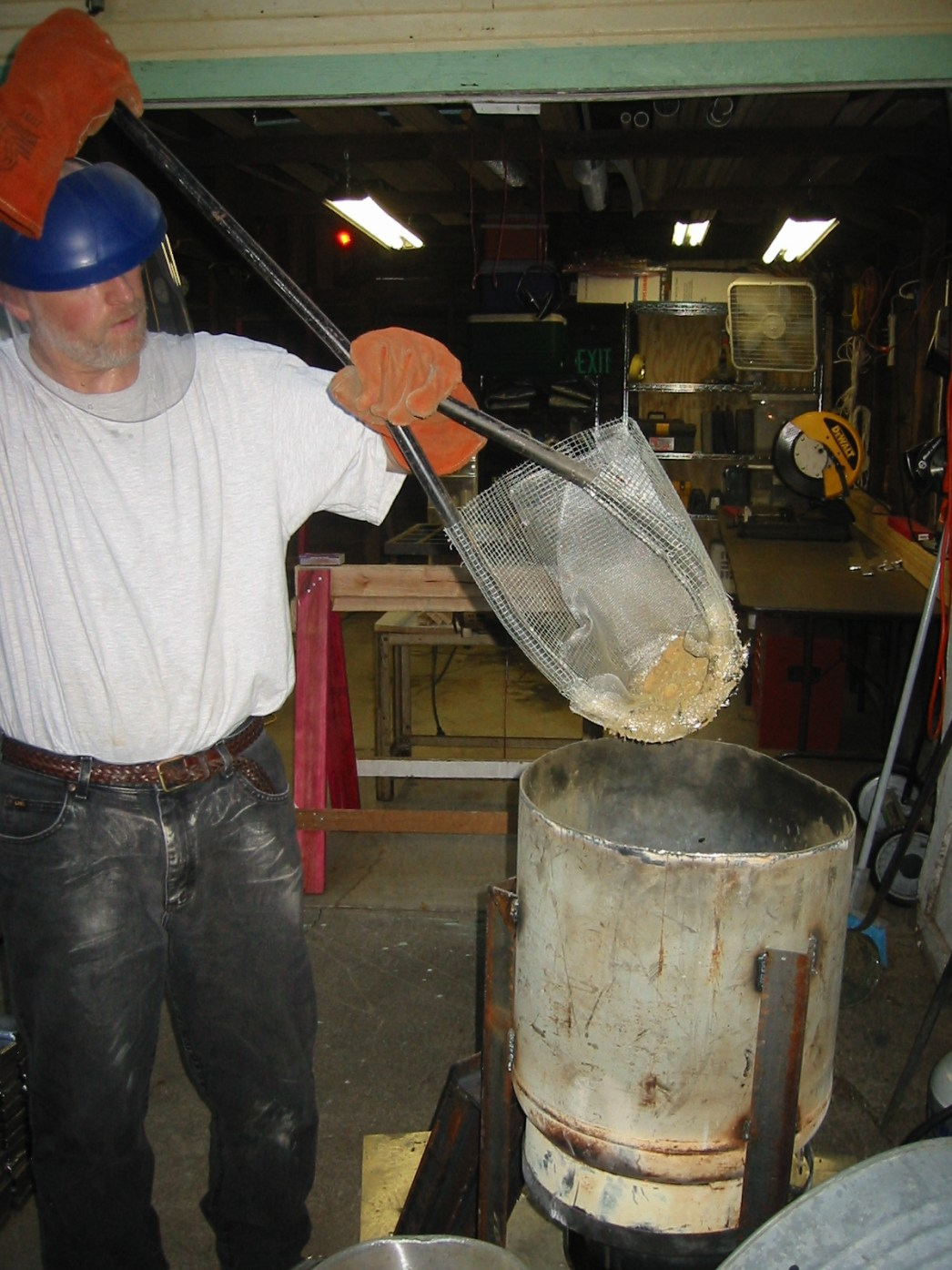 (8) Screening the remaining trash from the molten lead.