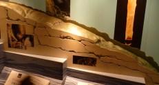 Maquette de grotte en coupe (Nouvelle-Zélande) : repérer les diaclases élargies