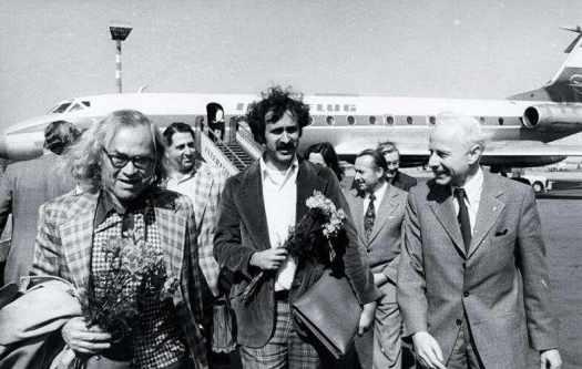 Мортон Собелл (крайний слева) и сын казненных в США Юлиуса и Этель Розенбергов Роберт Мирпол (в центре) во время визита в ГДР 19 апреля 1976 года