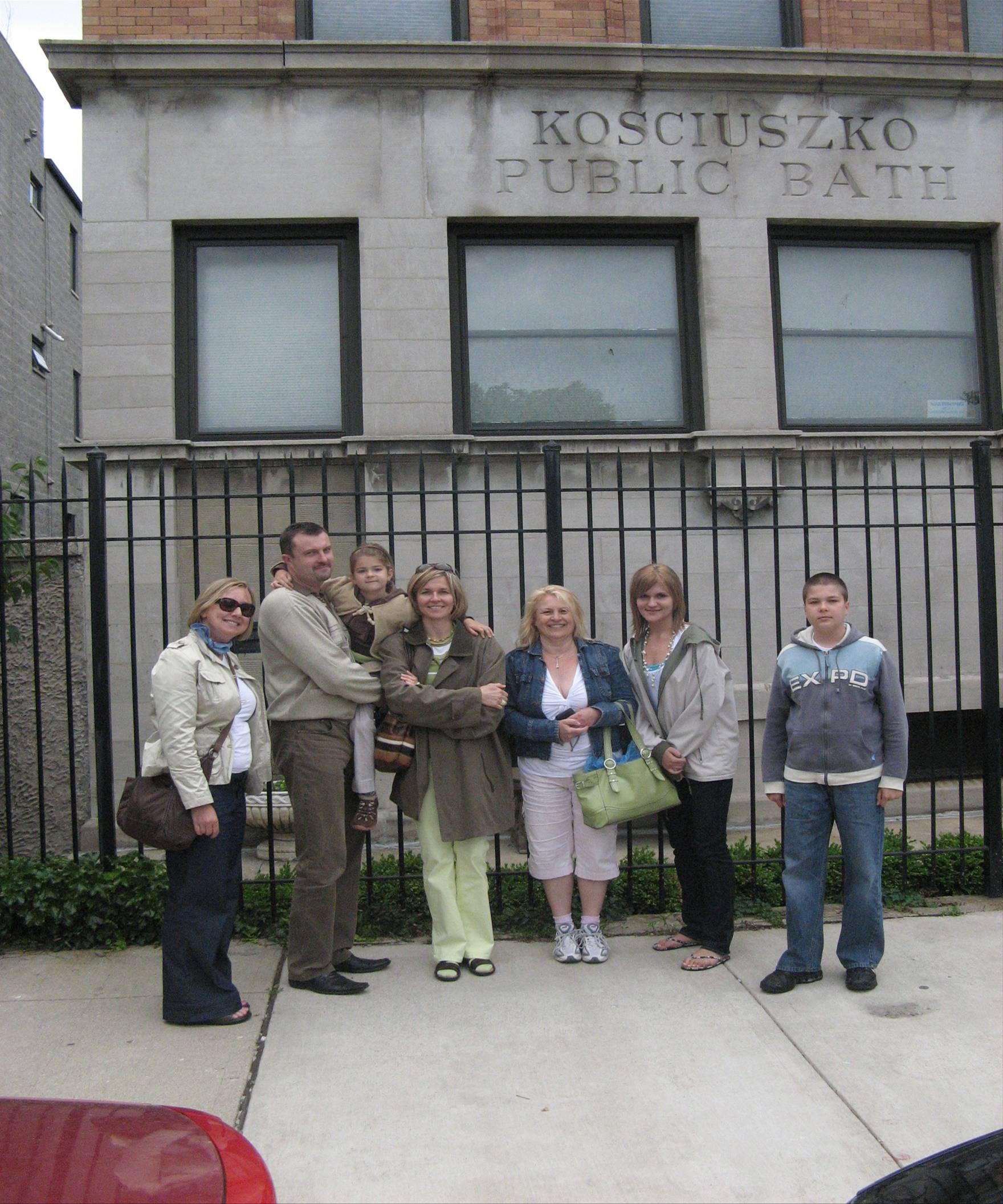 Publiczna łaźnia Kościuszki, jedna z 19 wybudowanych w Chicago w latach 1894 - 1918; jedna z czterech, które przetwały do dzisiaj i służą jako rezydencje prywatne; Łaźnia Kościuszki (1446 N. Greenview) otworzona w 1904, utrzymana jest w najlepszym stanie