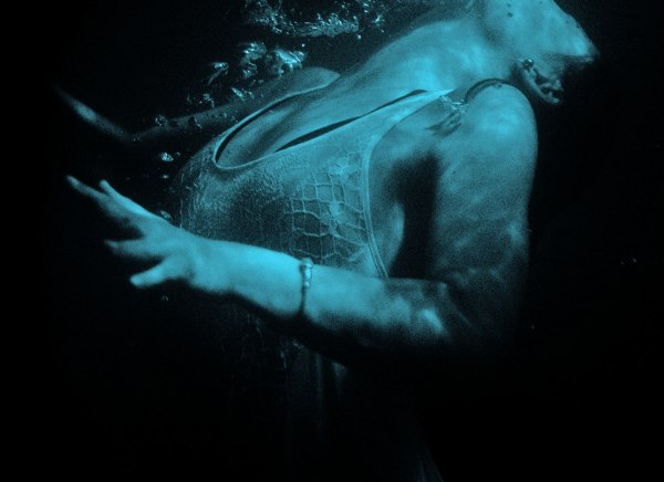girl-underwater-pic