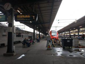 趕火車呀... 咪住,都未買飛... Rushing for the train... wait, we haven't bought the ticket yet...