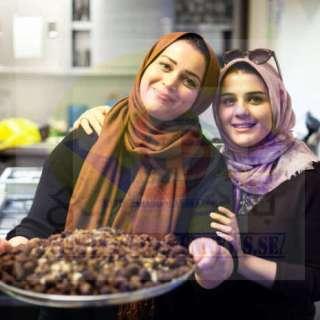 طاهية إيرانية وابنتها يستعرضان أطباقا تقليدية في إطار مبادرة لدعم اللاجئين والمهاجرين في لندن