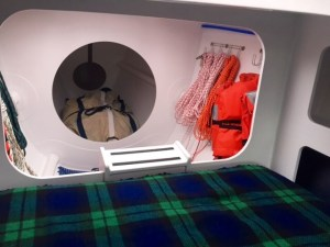 Der Stauraum für Segel und Leinen vor der vorderen Doppelkoje ist von einer Decksluke aus zugänglich © Boomer Depp