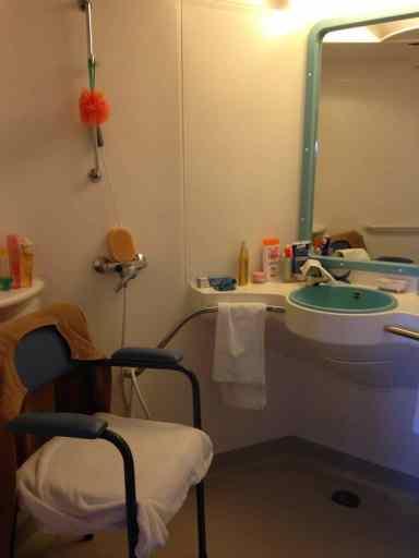 Une salle de bains classique en Ehpad