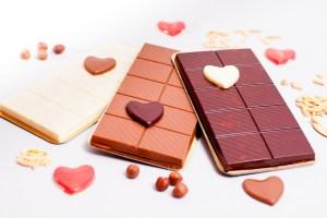 Von Hand gegossene Schokoladentafeln (vegan) mit Mandeln oder Nüssen