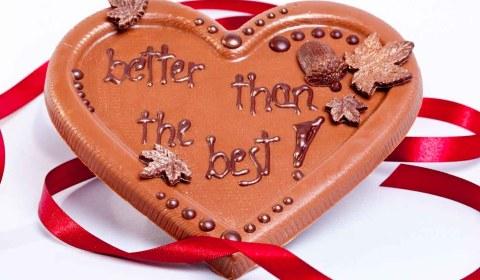"""Schokoladentafel """"Better than the best"""" aus veganer Bio-Schokolade von Hand gegossen mit karamellisierten Mandelstäbchen."""