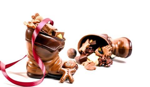 Veganer Weihnachtsstifel aus Schokolade, gefüllt mit feinen Truffes und Pralinen.