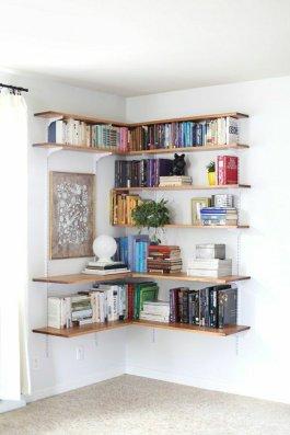 1-etagere-murale-d-angle-en-bois-livres-sol-en-lin-murs-blancs